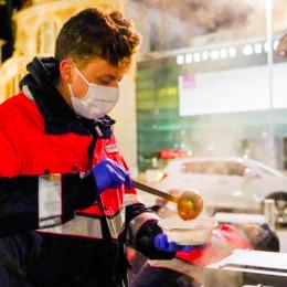 Essensauasgabe für Obdachlose an Silvester