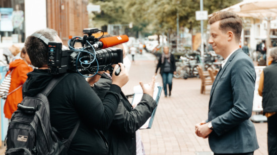 Adis Ahmetovi gibt ein Interview