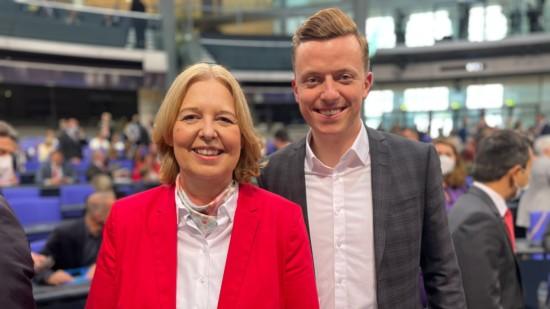 Bundestagspräsidentin Bärbel Bas und Adis Ahmetovic